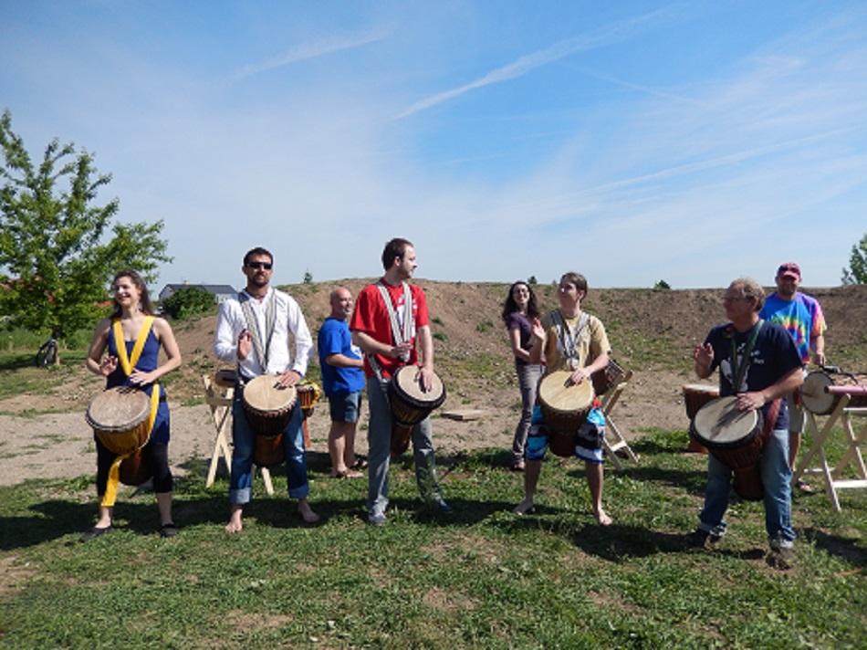 Slavnostní otevření Komunitní zahrady, sobota 16.5. 2015, bubeníci BLABUBURO