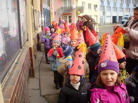 Děti s MŠ Gagarinova v masopustním průvodu