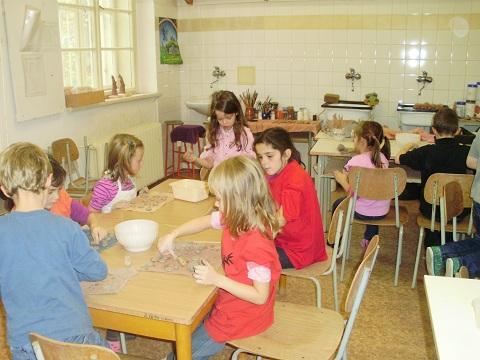 žáci v keramické dílně