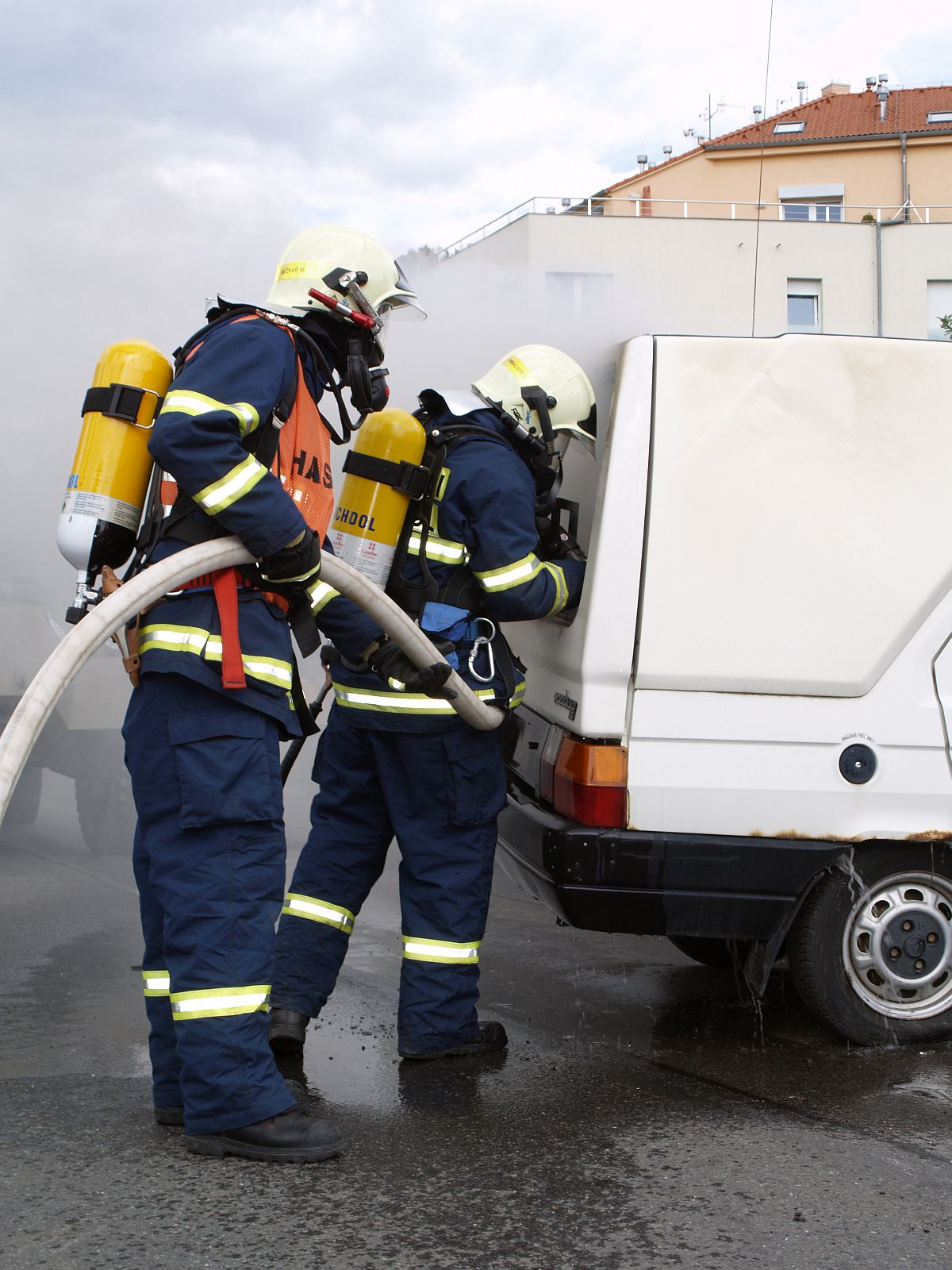 Hasiči likvidují požář auta
