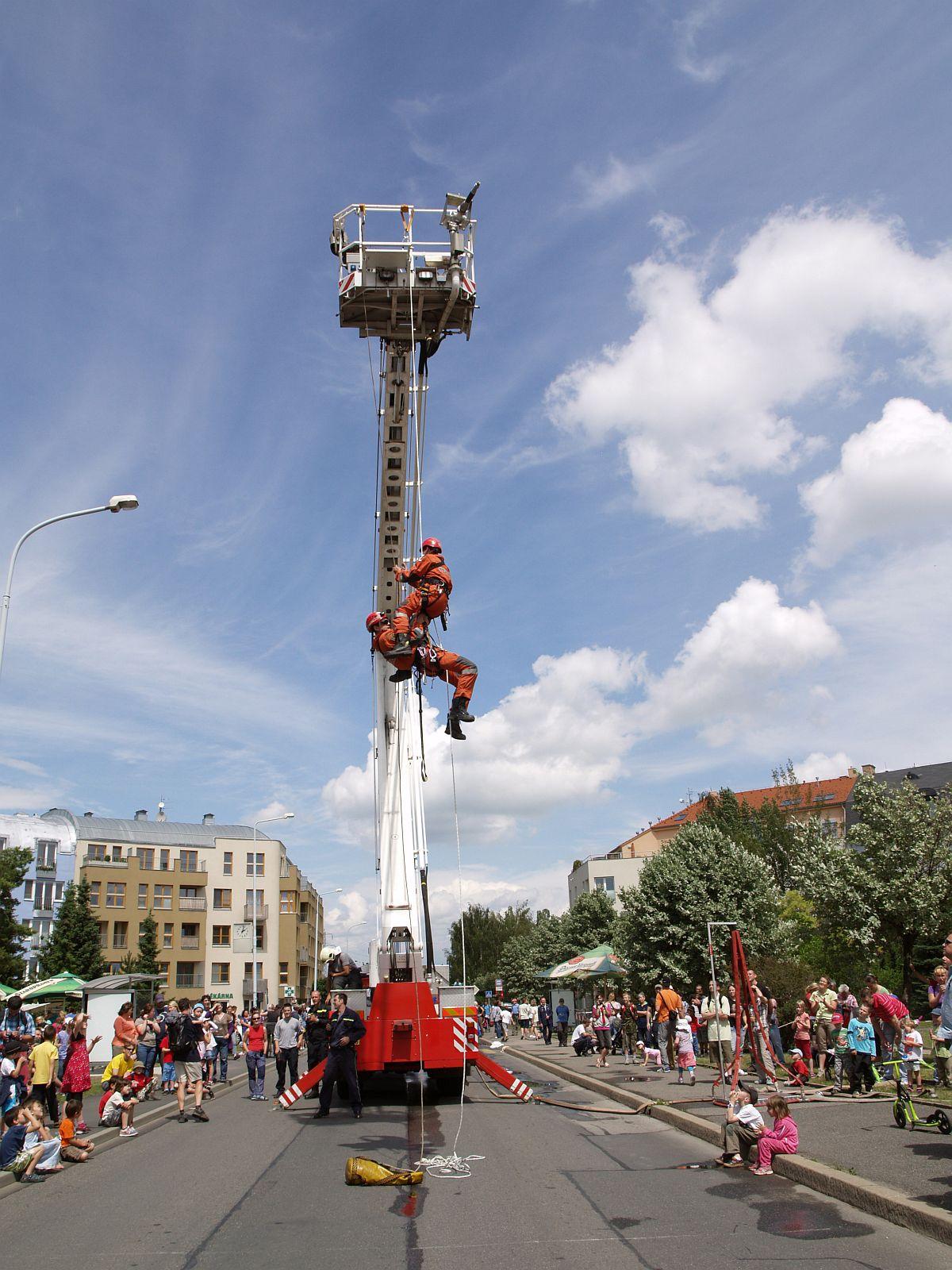 hasiči předvádí záchranu ve výškách