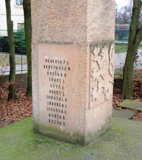 jména na pomníku-levá strana