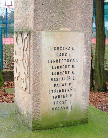 jména na pomníku-pravá strana